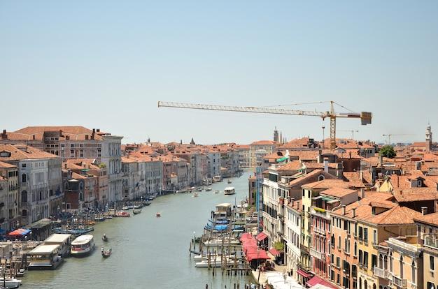 Vista sobre o grande canal. o canal principal em veneza na itália. vista aérea panorâmica de veneza com telhados vermelhos.
