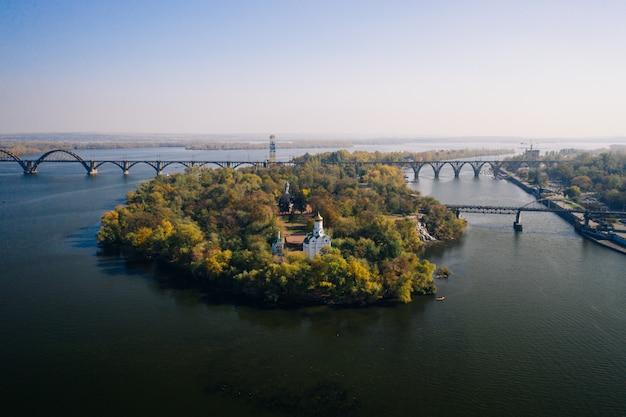 Vista sobre o rio dnieper, em kiev. vista aérea do zangão.