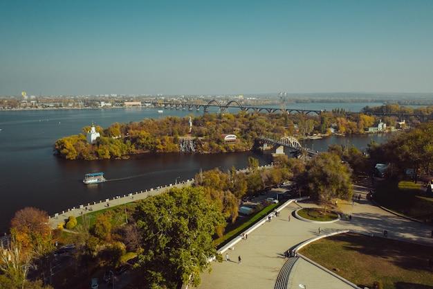 Vista sobre o rio dnieper em kiev