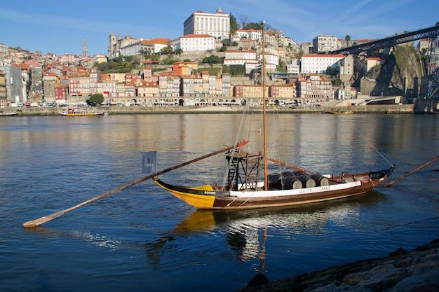 Vista sobre o rio douro e barco