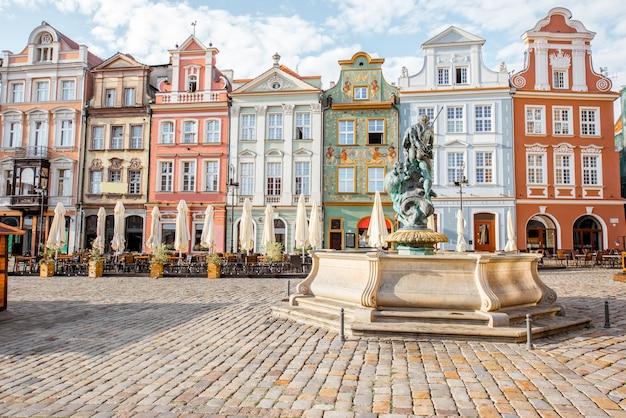 Vista sobre os belos edifícios antigos com a fonte de netuno na praça maket na cidade de poznan durante a luz da manhã na polônia