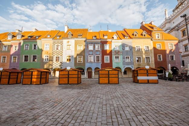Vista sobre os edifícios antigos coloridos na praça do mercado na cidade de poznan durante a luz da manhã na polônia