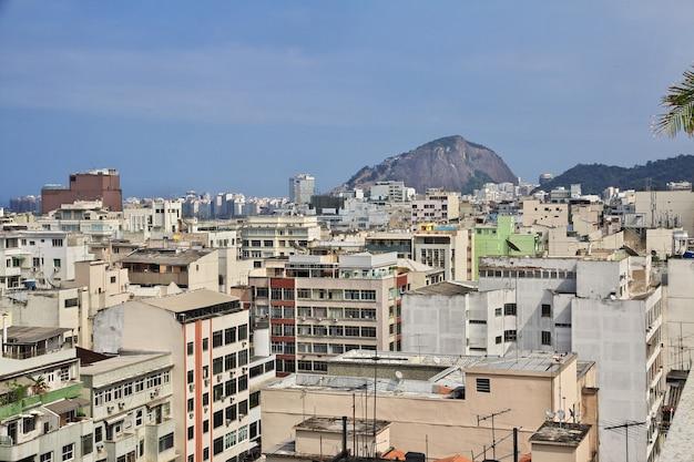 Vista sobre telhados no rio de janeiro, brasil