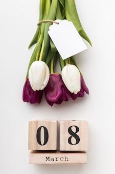 Vista superior 8 de março letras com tulipas