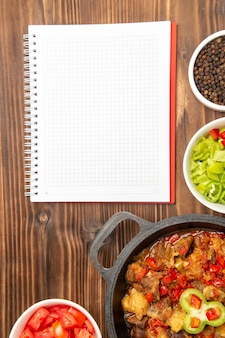 Vista superior à distância refeição de vegetais com salada de pimentão fatiado em superfície marrom
