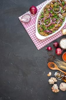 Vista superior à distância saborosa tigela de kebab cebola vermelha sal marinho em tigela pequena