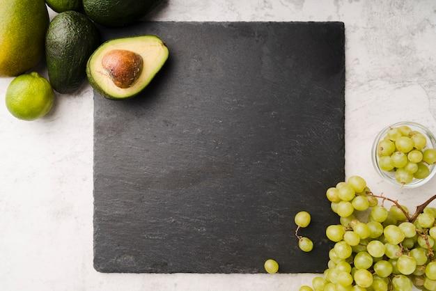 Vista superior abacate fresco com uvas saborosas