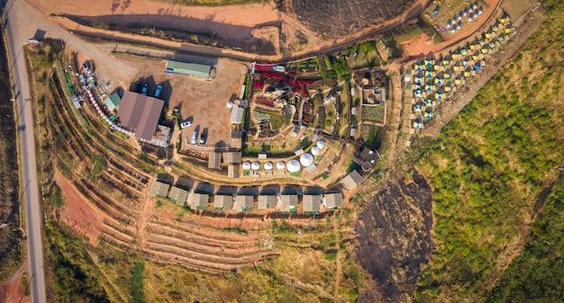 Vista superior aérea, camping e resort na montanha khao kho phetchabun