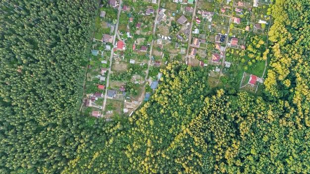 Vista superior aérea da área residencial casas de verão na floresta de cima, imóveis rurais e pequena vila dacha na ucrânia