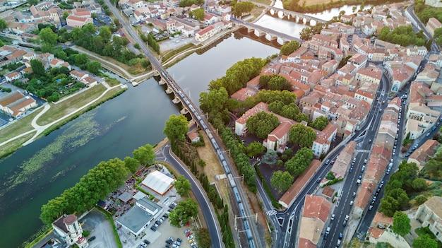 Vista superior aérea da cidade de beziers, rio e pontes de cima, sul da frança