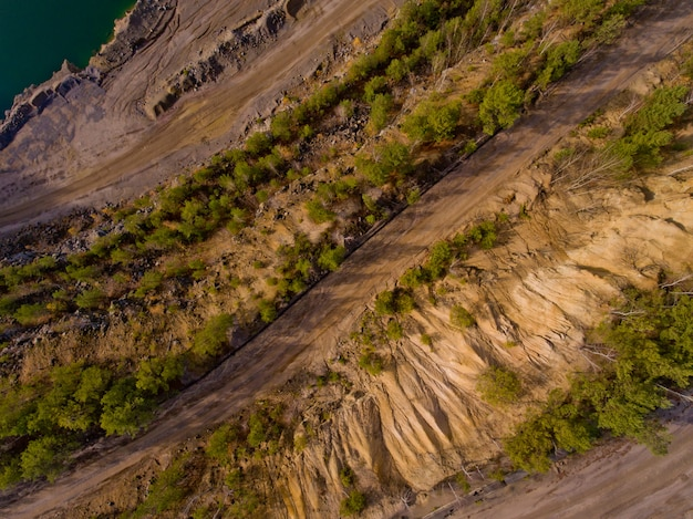 Vista superior aérea da estrada de terra.