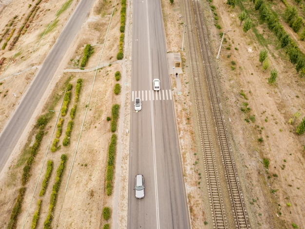 Vista superior aérea da faixa de pedestres em uma estrada rural de velocidade rápida f