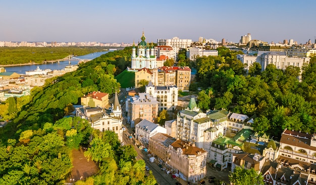 Vista superior aérea da igreja de santo andré e da rua andreevska