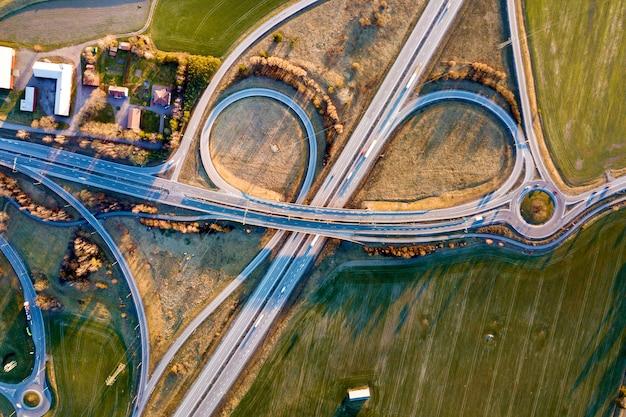 Vista superior aérea da interseção moderna da estrada da estrada.