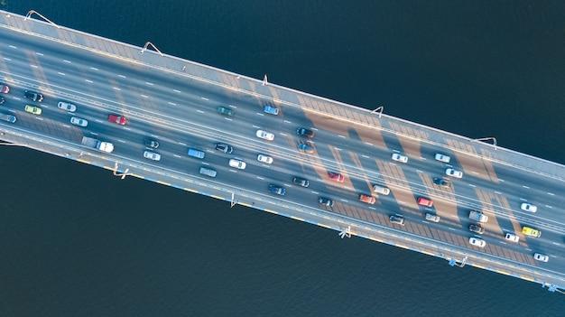 Vista superior aérea da ponte estrada automóvel engarrafamento de muitos carros de cima, o conceito de transporte da cidade