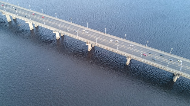 Vista superior aérea da ponte paton e do rio dnieper
