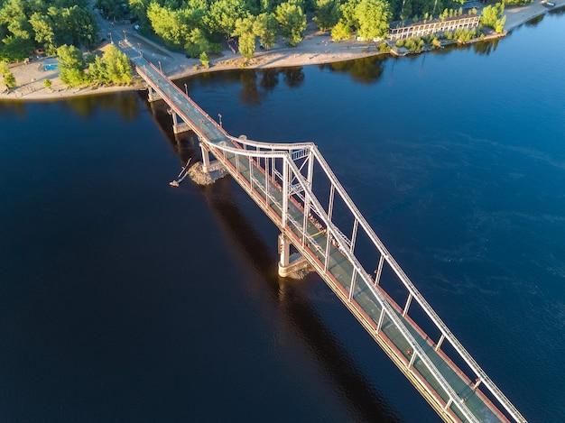 Vista superior aérea da ponte pedonal do parque e do rio dnieper. cidade de kiev, ucrânia