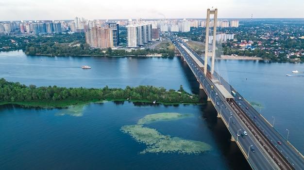 Vista superior aérea da ponte sul na cidade de kiev de cima, horizonte de kiev e paisagem urbana do rio dnieper, ucrânia