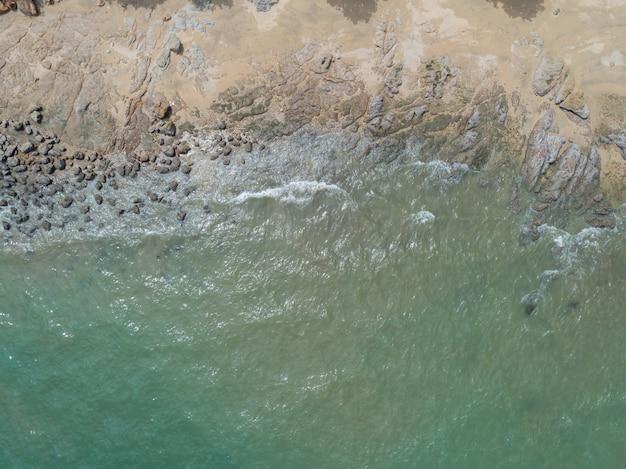 Vista superior aérea das ondas do mar e fantástica costa rochosa