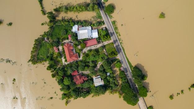 Vista superior aérea de arrozais inundados e a aldeia