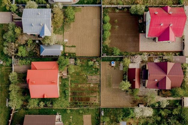 Vista superior aérea de uma casa particular com quintal pavimentado com gramado verde com piso de concreto