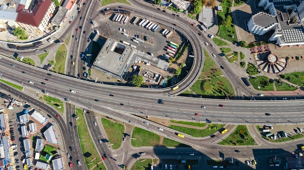 Vista superior aérea do entroncamento de cima, tráfego automóvel e engarrafamento de muitos carros, conceito de transporte