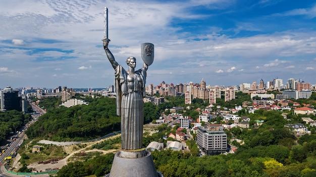 Vista superior aérea do monumento da estátua da pátria de kiev em colinas de cima e da paisagem urbana, cidade de kiev, ucrânia