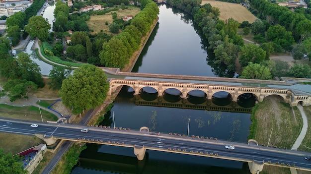 Vista superior aérea do rio, canal du midi e pontes de cima, cidade de beziers, sul da frança