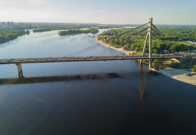 Vista superior aérea do rio dnieper e ponte moskovskiy na cidade de kiev, ucrânia