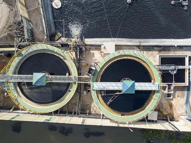 Vista superior aérea do sistema de tratamento de águas residuais na propriedade industrial.
