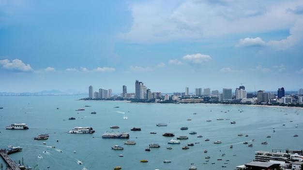 Vista superior aérea. muitos que navegam, motor, barcos da velocidade, navios de navigação, veleiros na cidade de pattaya, tailândia.