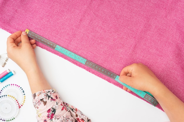 Vista superior alfaiate trabalhando em tecido
