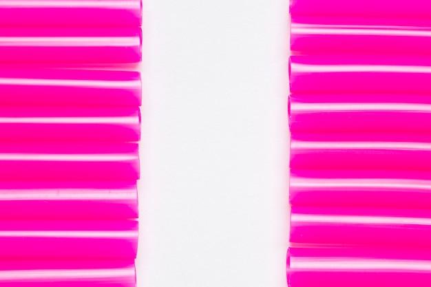 Vista superior alinhados canudos roxos