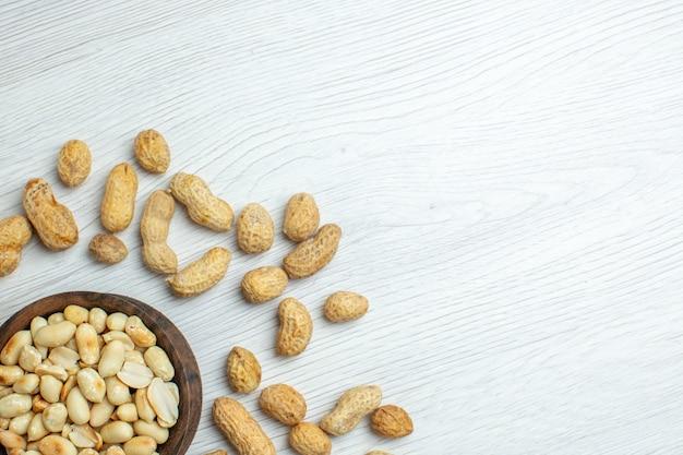 Vista superior amendoim fresco na mesa branca