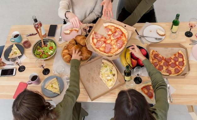 Vista superior amigos almoçando