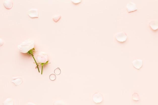 Vista superior anéis de noivado e flores
