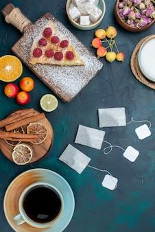 Vista superior ao longe pedaço de bolo assado doce com framboesas e canela em uma mesa azul-escuro torta de bolo com baga e biscoito de açúcar