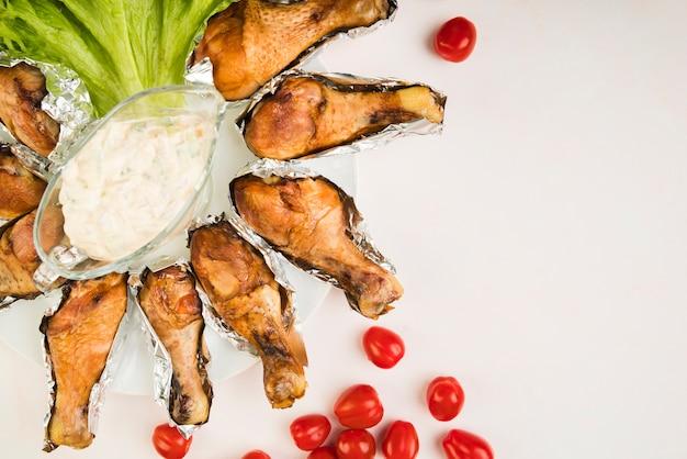 Vista superior apoiado de frango com legumes