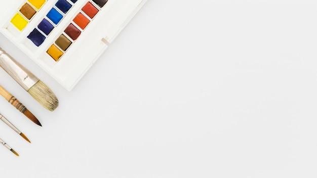 Vista superior aquarelas e pincéis com espaço de cópia