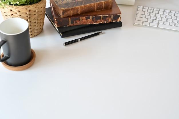 Vista superior área de trabalho de área de trabalho branca com material de escritório em casa e espaço de cópia