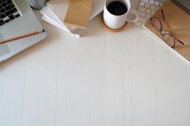 Vista superior área de trabalho de mesa de escritório