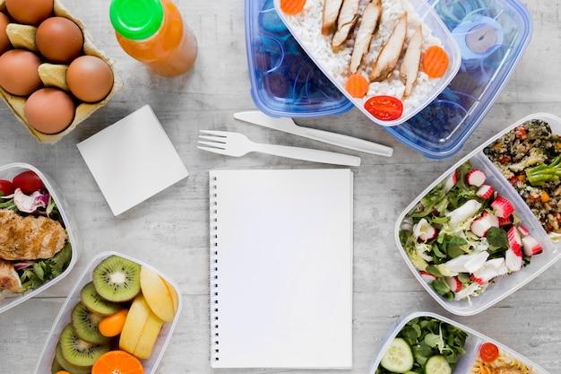Vista superior arranjo de alimentos com notebook
