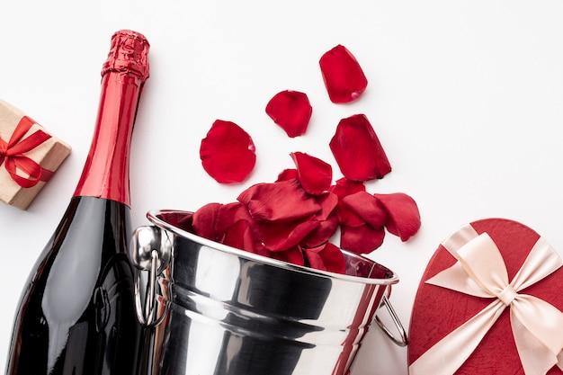 Vista superior arranjo de dia dos namorados com champanhe e taças
