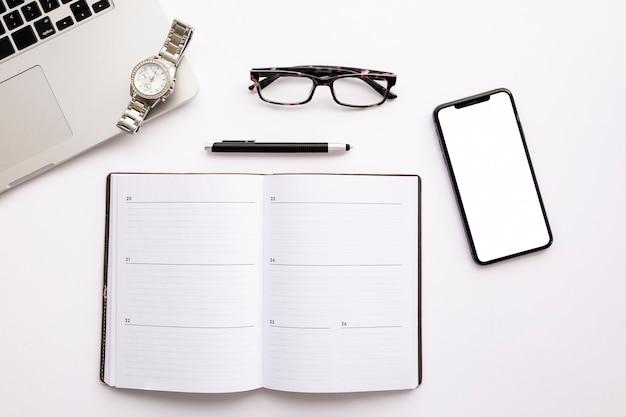 Vista superior arranjo de negócios minimalista em fundo branco