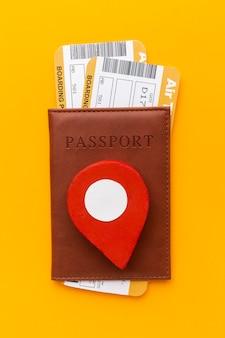 Vista superior arranjo de passaportes e ingressos