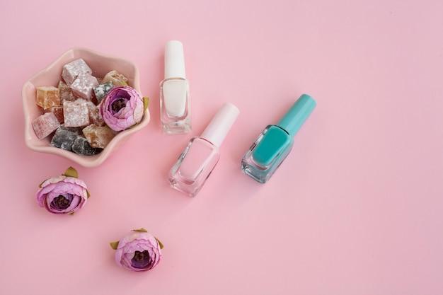 Vista superior arranjo de produtos de beleza com fundo rosa