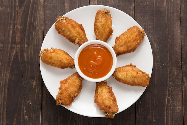 Vista superior asas de frango frito na mesa de madeira