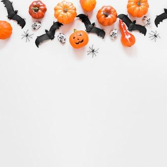 Vista superior assustador elementos de halloween com espaço de cópia