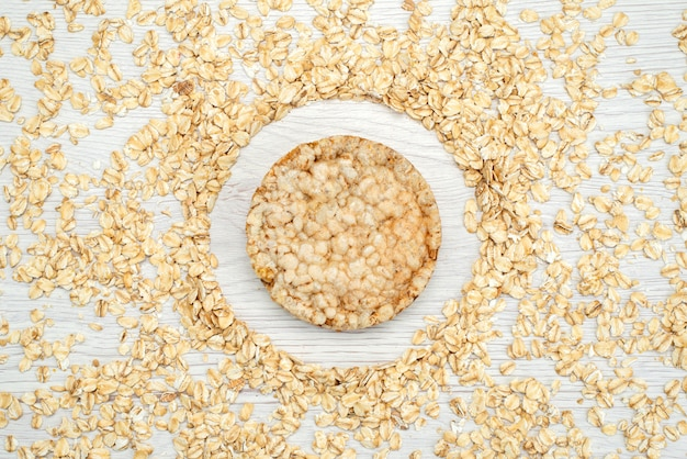 Vista superior aveia crua em branco com café da manhã cereais flocos de cereais