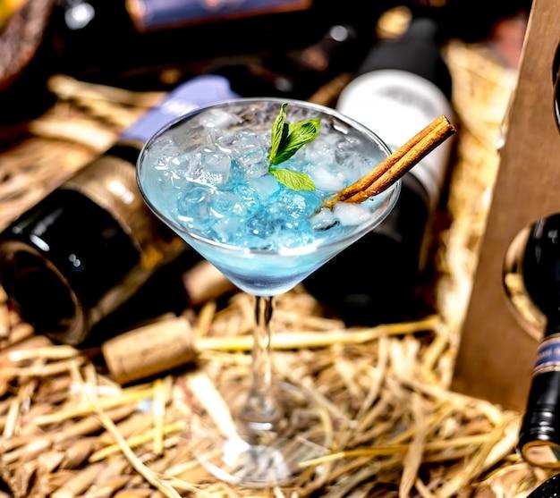 Vista superior azul cocktail com canela e hortelã